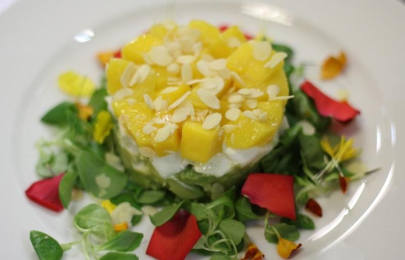 Tartare di avocado, mozzarella e mango agli agrumi