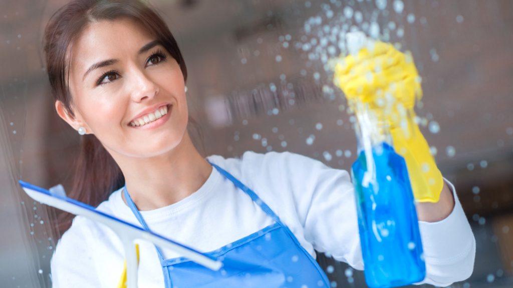 pulire vetri, faccende di casa