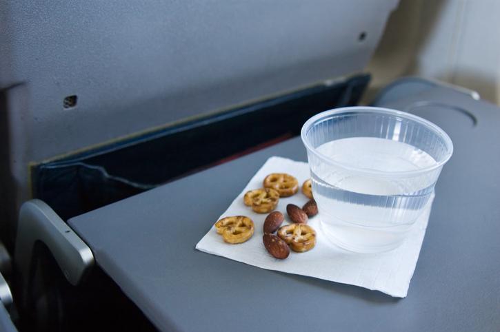 Mai prendere il cibo caduto sui tavolini dell'aereo: consigli utili per viaggiare meglio
