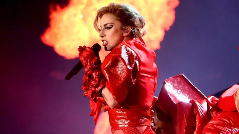 Femme fatale di rosso vestita, Lady Gaga sempre più sexy