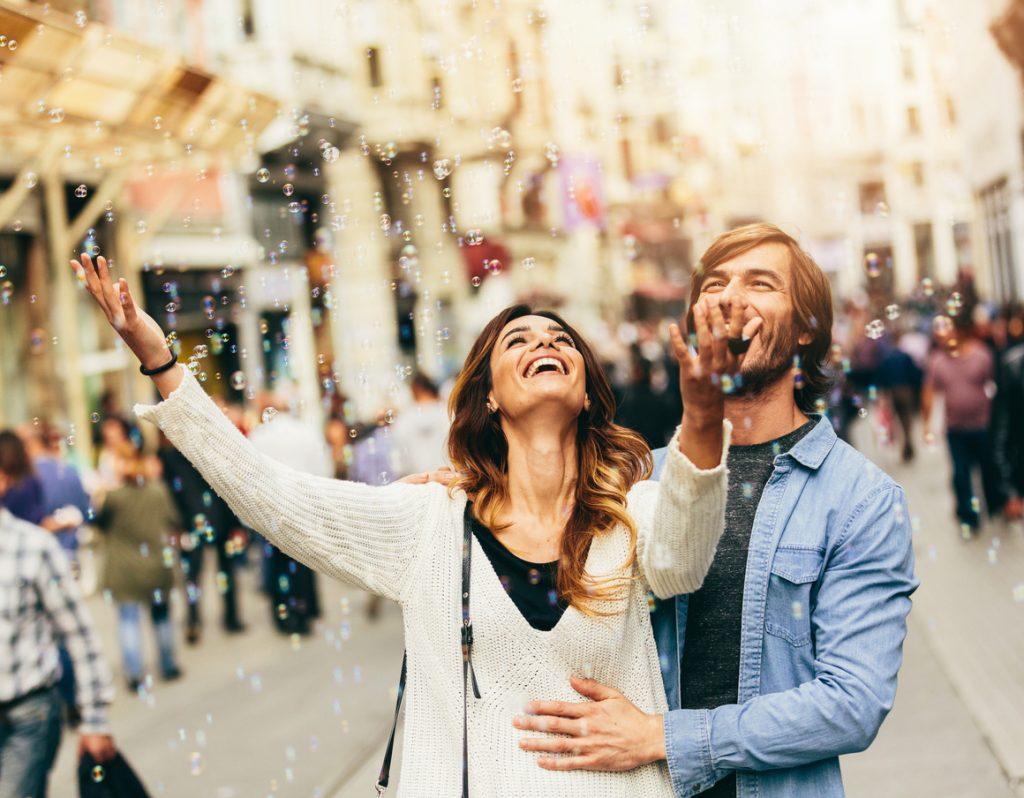 coppia che ride, conquista