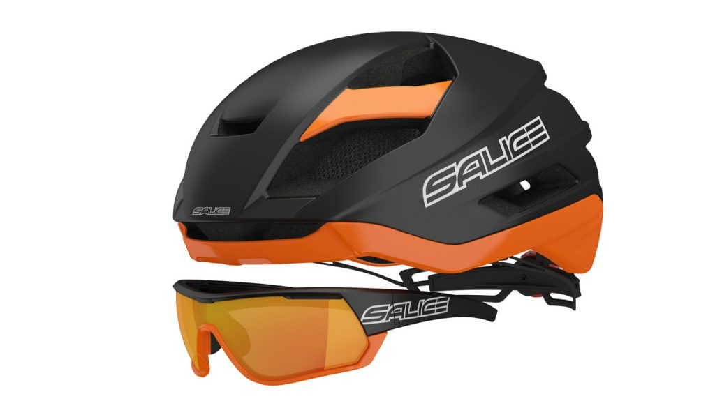 Casco e occhiali : protezione per il ciclista