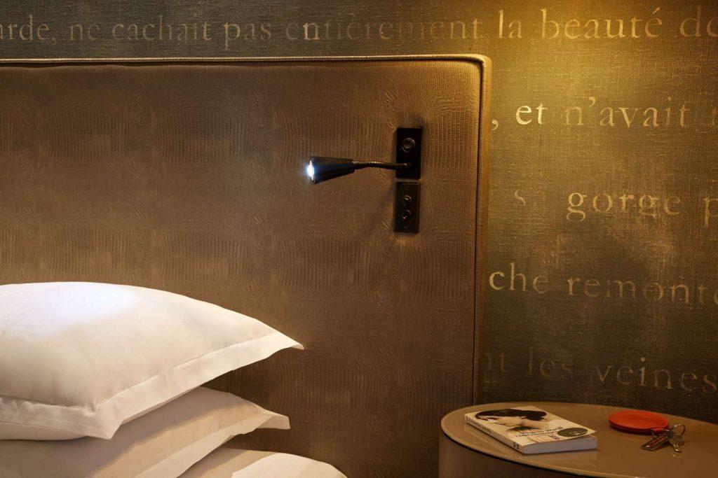 Letture d'albergo: romanzo con il servizio in camera