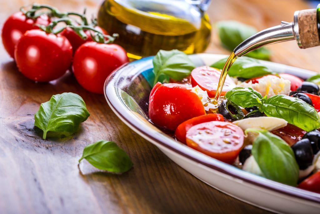 Olio di oliva: più gusto e più salute all'insalata