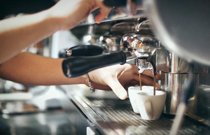 Preparazione del caffè al bar