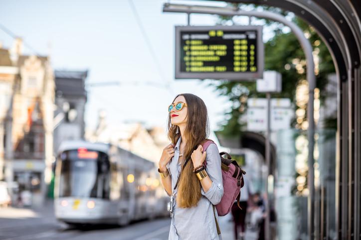 Studenti fuori sede : ragazza che aspetta il tram
