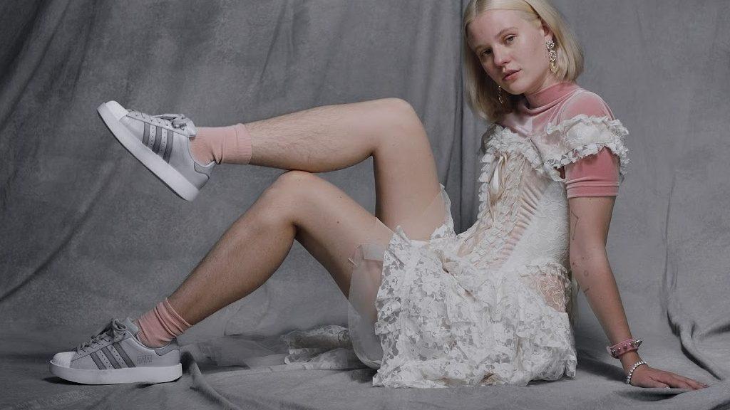 Peli lunghi: la modella non depilata dello spot Adidas