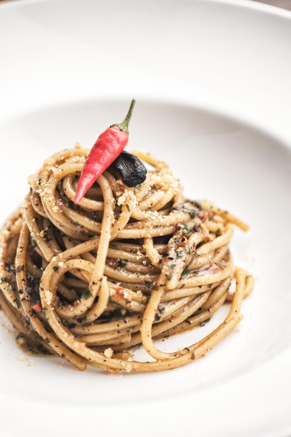 Ricetta vegetariana: aglio e olio con pane secco