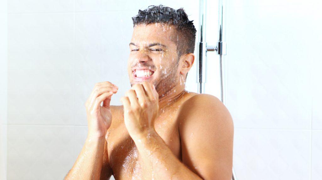 Una doccia fredda aiuta ad ammalarsi di meno
