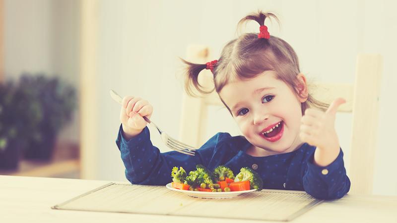 Bambini e alimentazione: mangiare sano li rende più allegri