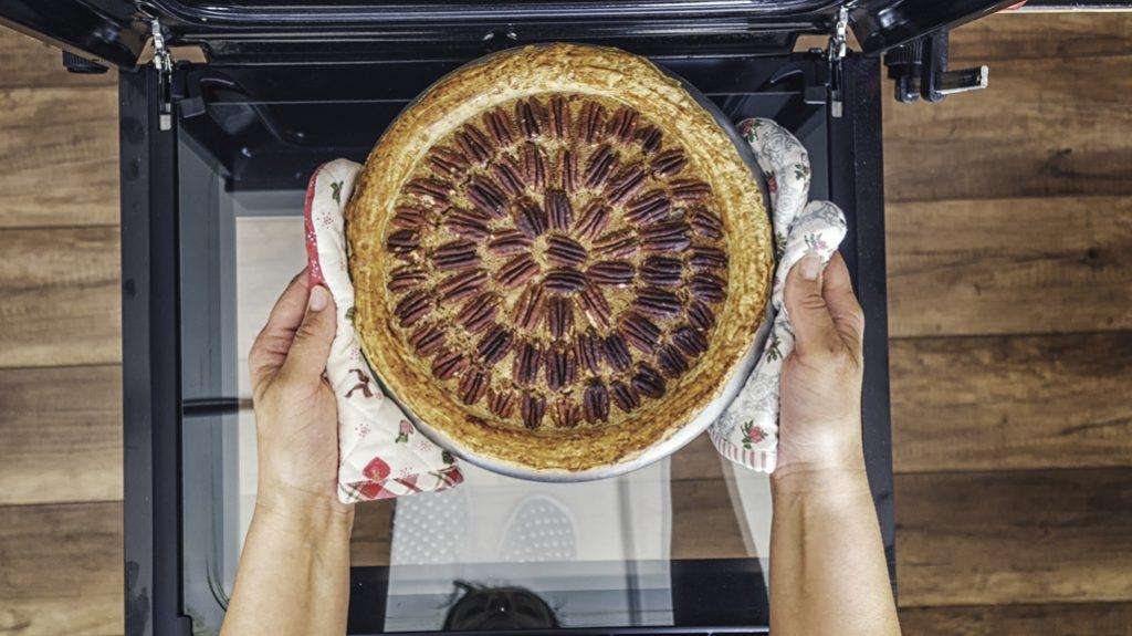 Torta di nocciole al burro: un morbido dessert