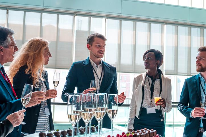 Stile di vita poco apprezzato: bere durante un incontro di lavoro