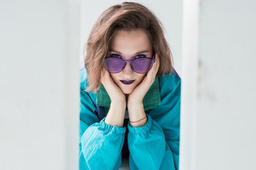 Occhiali viola: l'eyewear sposa il colore dell'anno