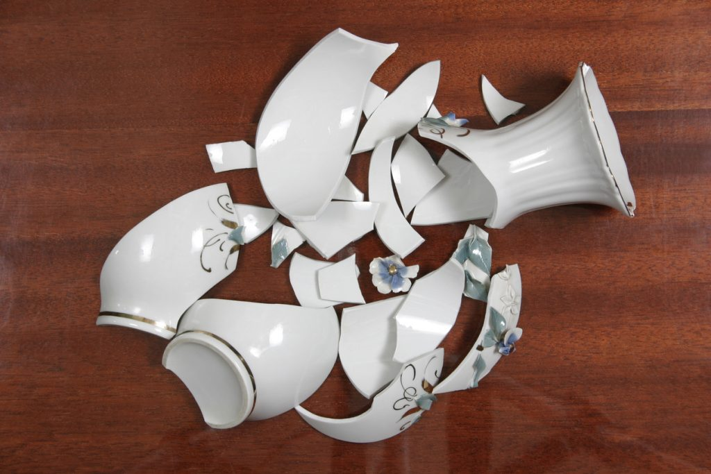vaso di ceramica in pezzi