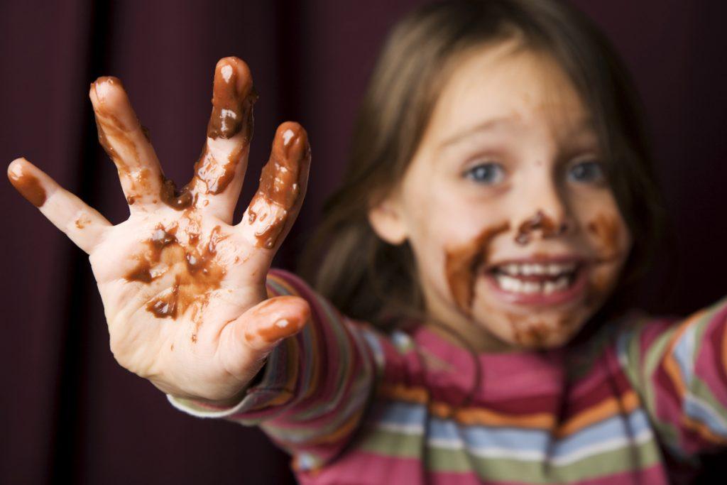 Macchie di cioccolato addio: i trucchi per liberarsene
