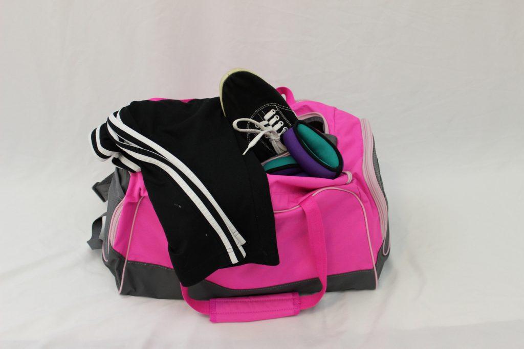 Borsa sportiva con tuta e scarpe da ginnastica