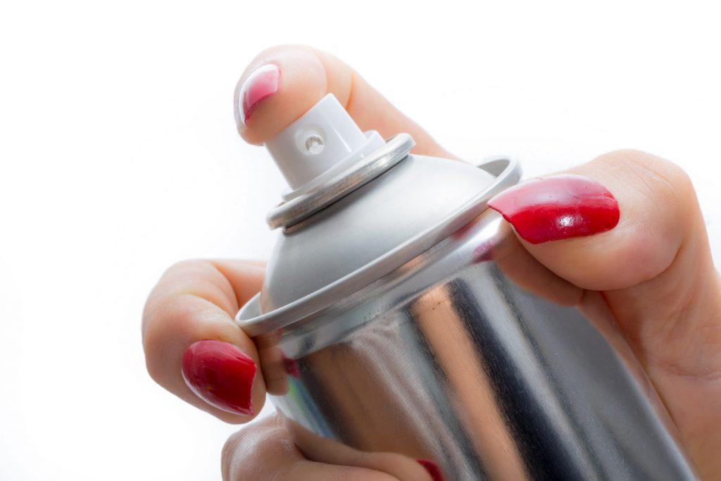 Lacca per capelli: uno spray multiuso per la casa
