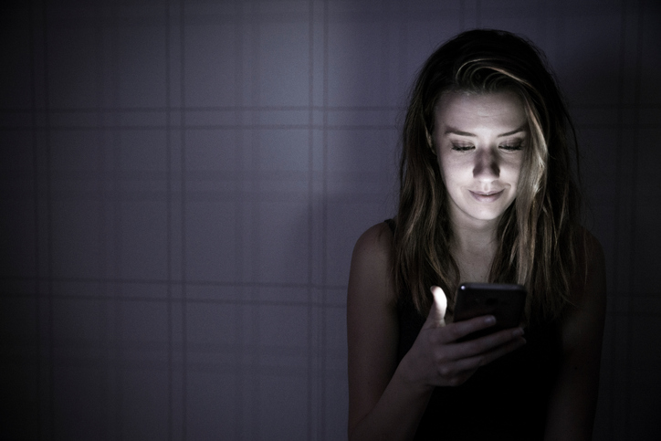ragazza legge smartphone, privacy, segreti