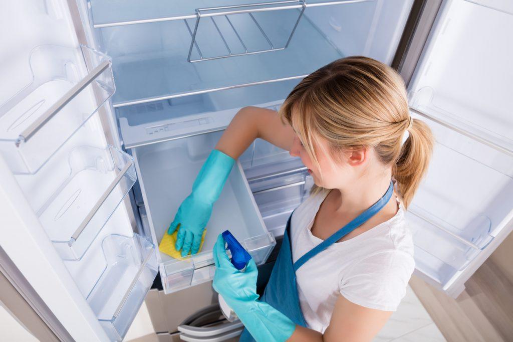 Pulire il frigorifero per preservare gli alimenti