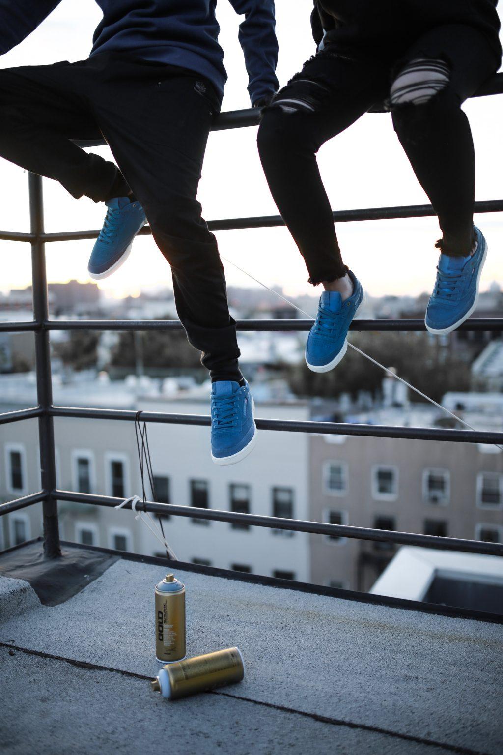 In città con sneaker blu, dipinte di blu