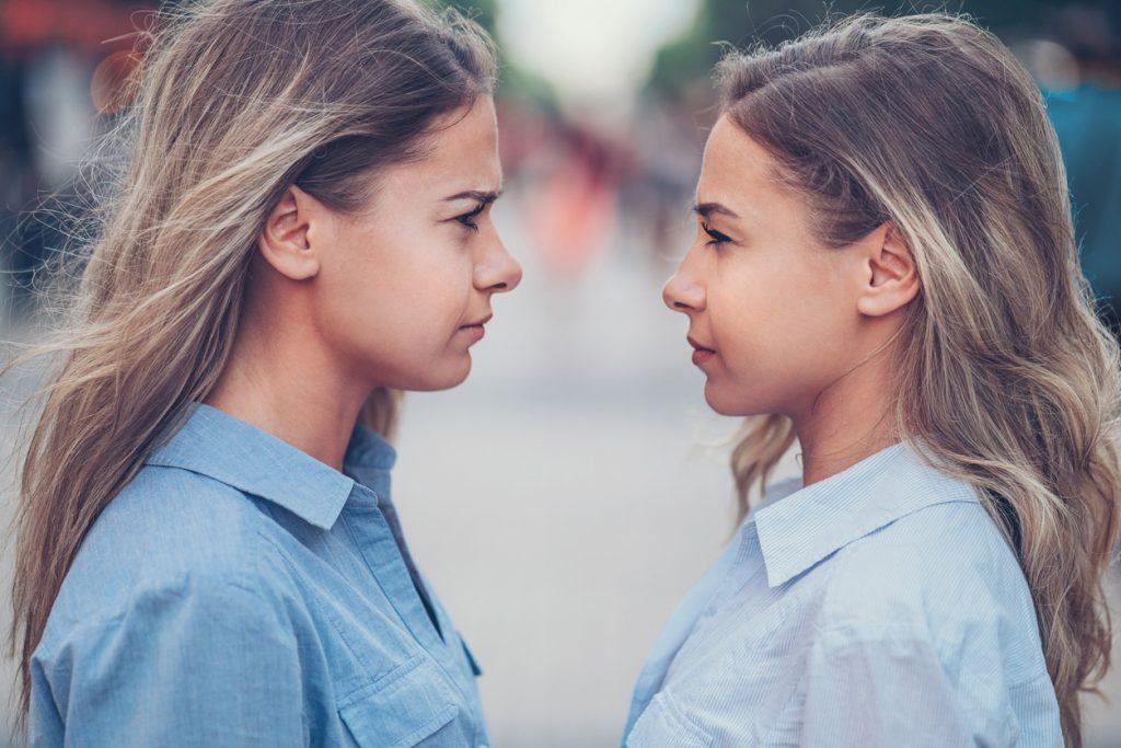 9 modi in cui i fratelli e sorelle ci influenzano da adulti