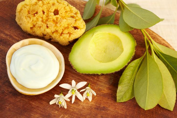 Un avocado nel beauty case, i benefici cosmetici