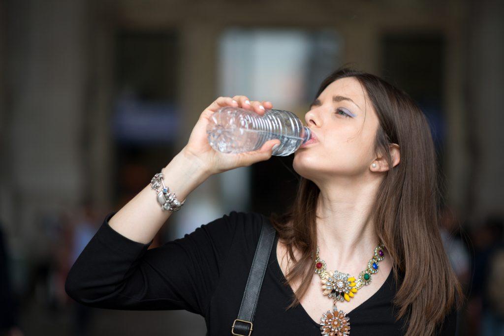 Bere l'acqua in bottiglia danneggia l'ambiente?