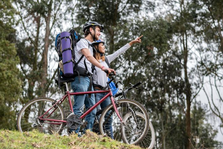 Turismo sostenibile: coppia che viaggia in bici