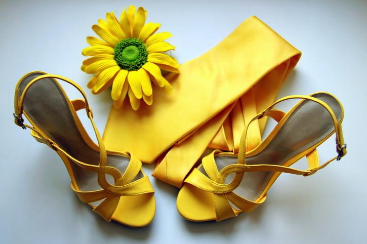 Sandali gialli, la mimosa si porta ai piedi