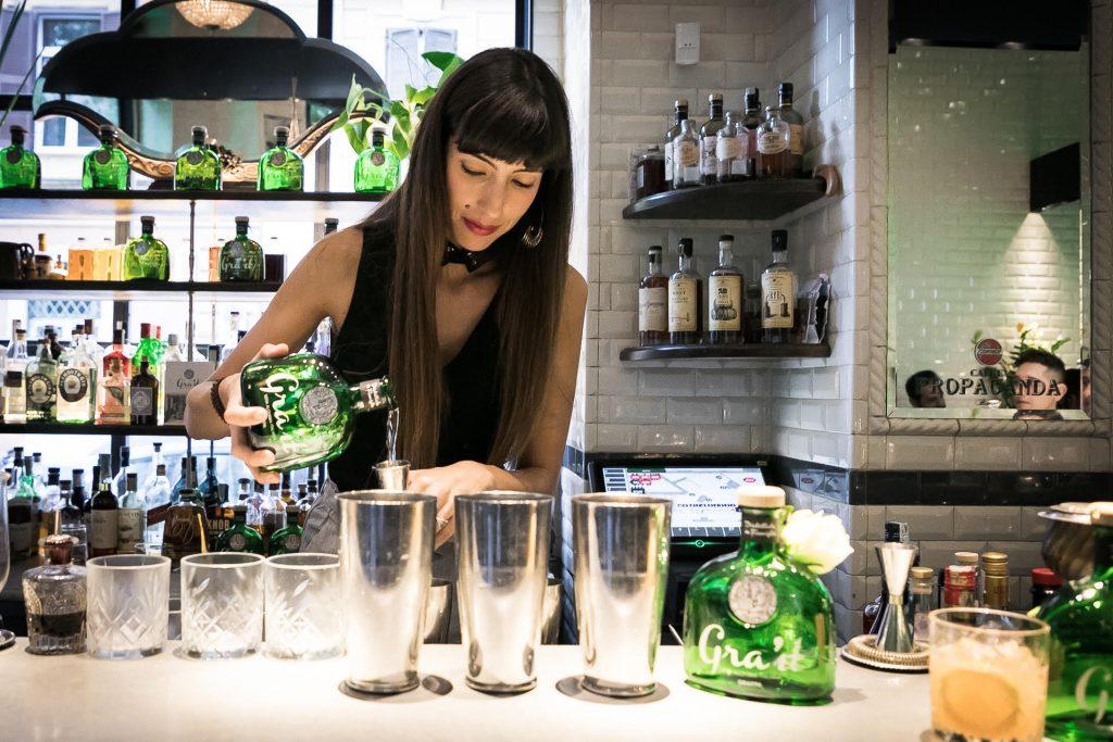Giorgia Crea prepara cocktail Spirito