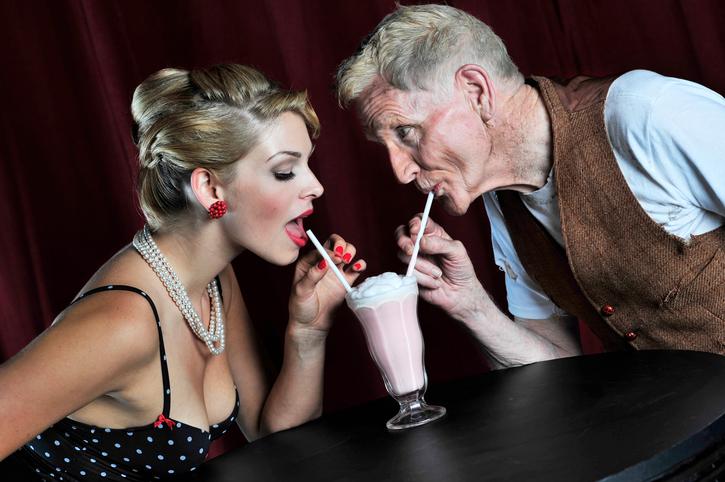 Uomo anziano con donna giovane