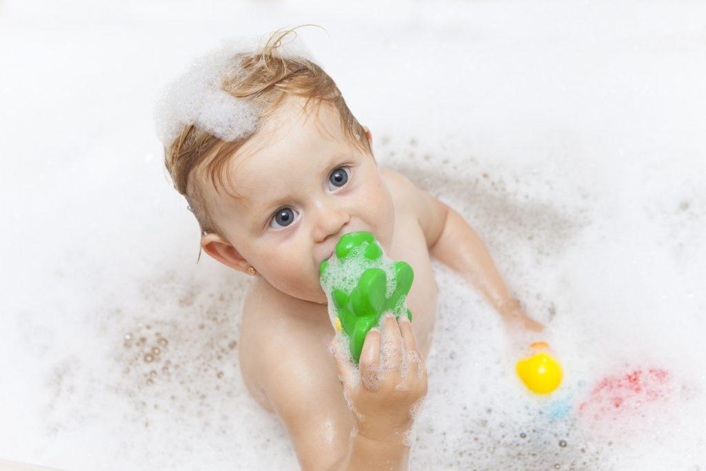 Come pulire e igienizzare i giochi da bagno dei bambini