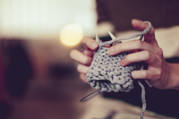 Knit therapy, lavorare a maglia fa bene al cervello