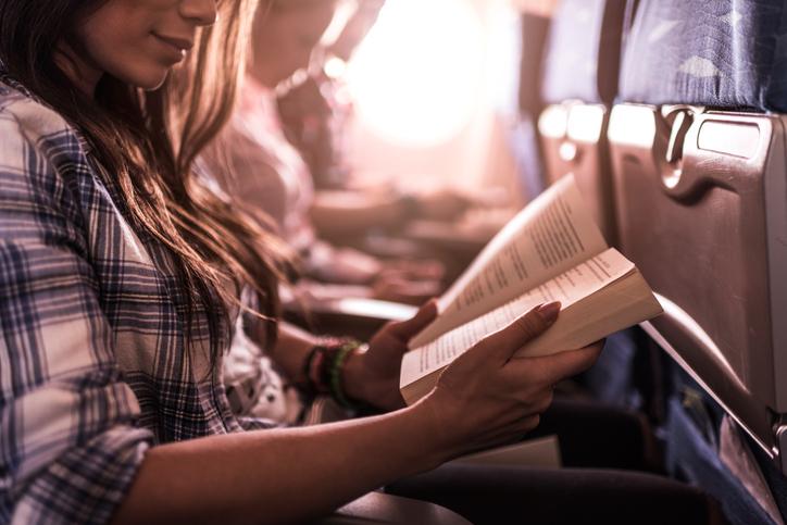 Leggere un buon libro durante i viaggi lunghi in aereo