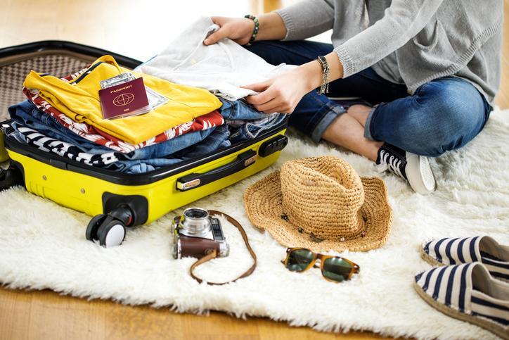 Vestiti senza pieghe in valigia, ecco come fare