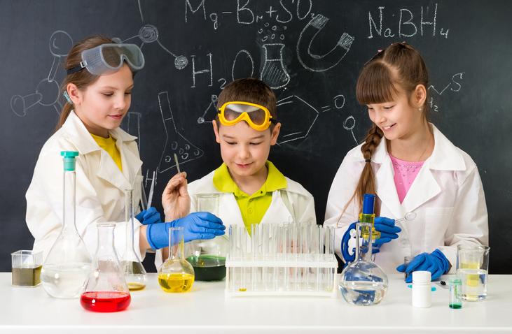 Bambini scienziati giocano con la chimica