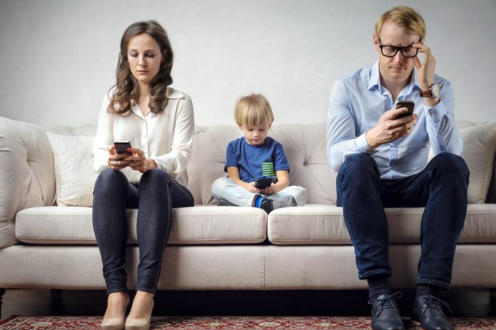 Dipendenze da social, figli e genitori al bivio