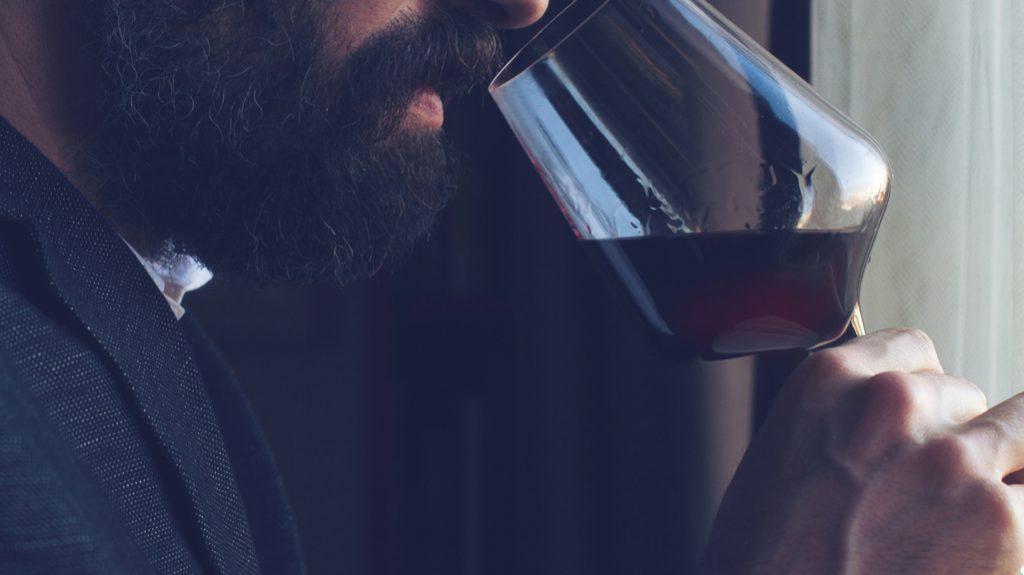 Un bicchiere di vino rosso al giorno fa bene (agli uomini)