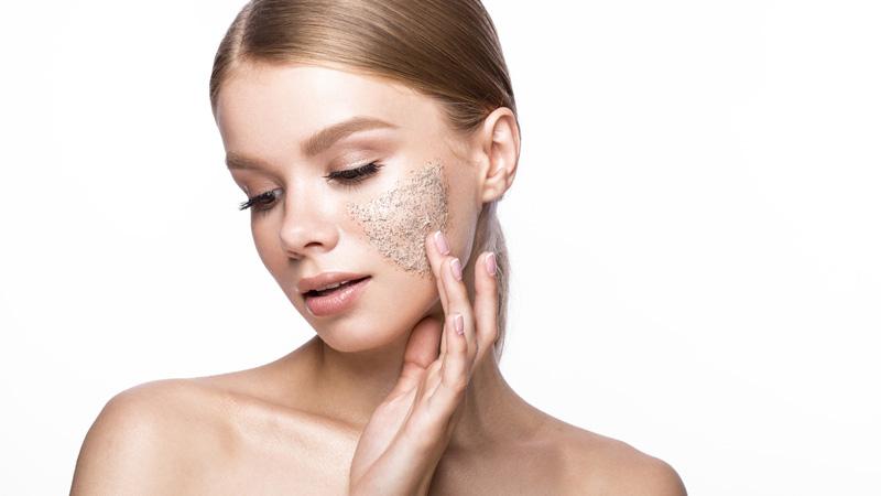 Esfoliazione viso: gommage, scrub o peeling?