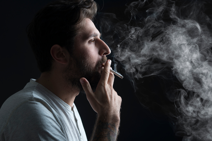 uomini fumatori e sigarette