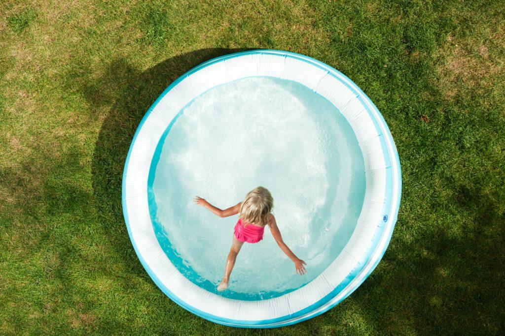 Come aggiustare una piscina gonfiabile forata