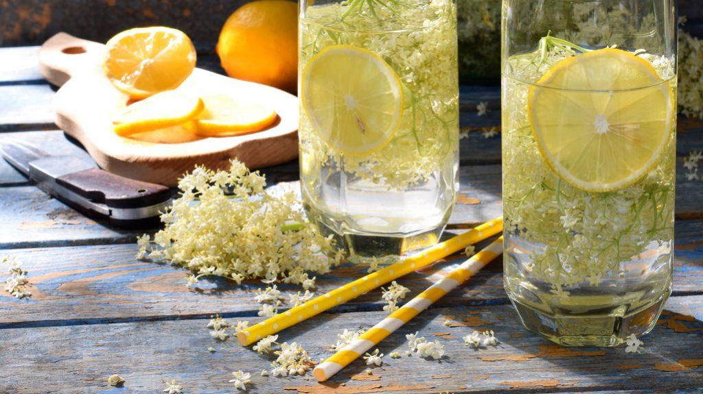 Il cocktail St-Germain Spritz è a base di liquore al sambuco e limone