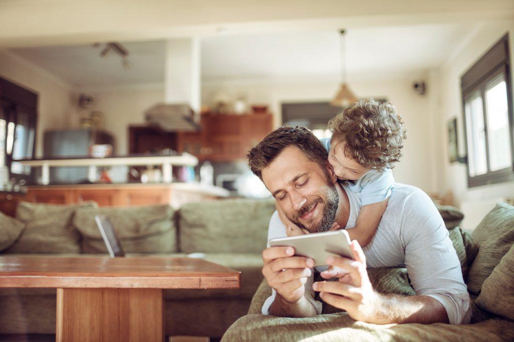 Genitori troppo al telefono, i figli ne soffrono
