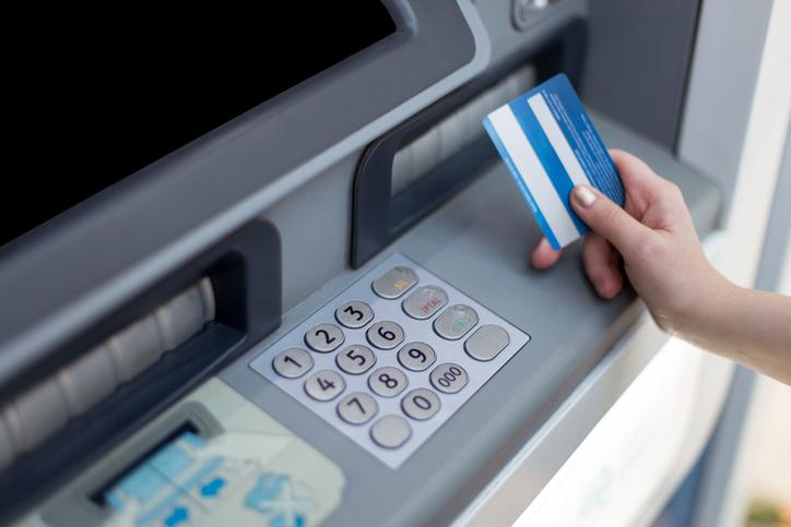 Risparmiare sui pagamenti in vacanza prelevando in valuta locale