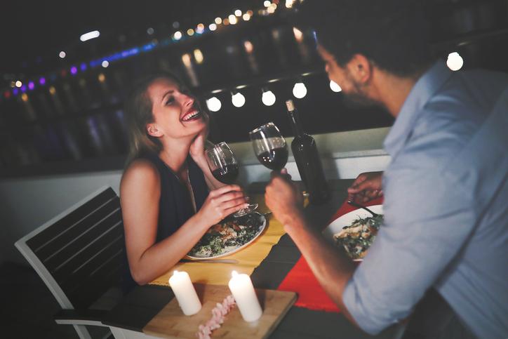 frequentazione di una coppia, cena, brindisi