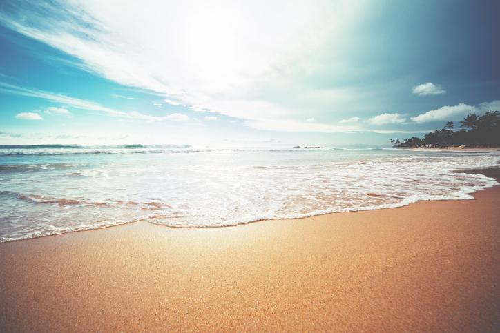 Estate, spiaggia lambita dal mare