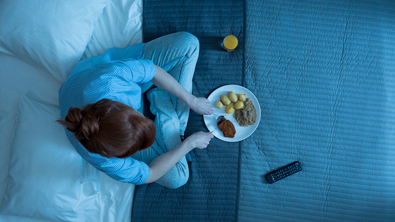 Cenare tardi nuoce alla salute: lo studio