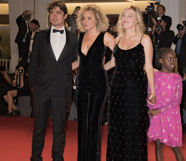 Riccardo Scamarcio, Valeria Golino e Valeria Bruni Tedeschi sul red carpet dell'ottavo giorno di Venezia75