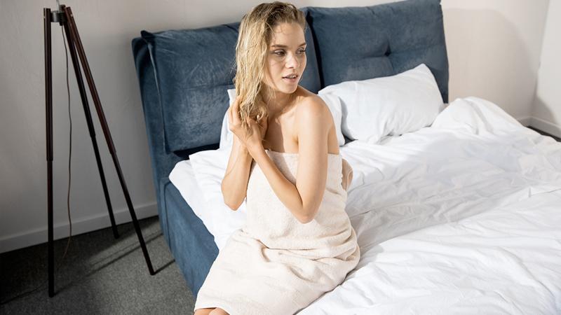 Andare a letto con i capelli bagnati non è una buona idea