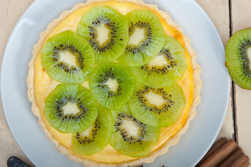Torta kiwi e banana, la frutta buona arriva a tavola